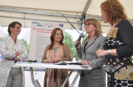 Advocates present Dutch MPs with a petition on World No Tobacco Day 2012.